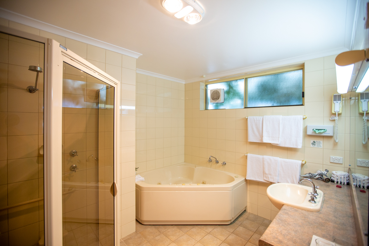 Lakeview 2 bedroom apartment - bathroom